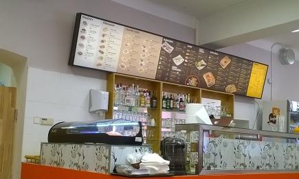 Nabídková tabule a pult, za kterým se také připravuje sushi