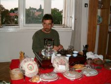 majitel obchodu Carpe Diem při přípravě čaje